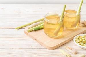 isad citrongräsjuice på träbakgrund foto