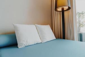 vacker och bekväm kuddedekoration i sovrumsinteriören foto