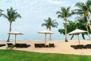 tom strandstol med palmer på stranden med havsbakgrund foto
