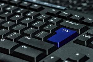 datortangentbord med blå 2020-tangent - semesterteknologikoncept foto
