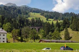 ett pittoreskt alpint landskap med en gammal järnvägsbro. Österrike. foto