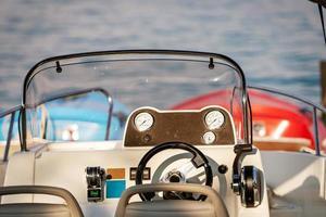 motorbåtens främre konsol med mätinstrument. närbild fotografi. foto