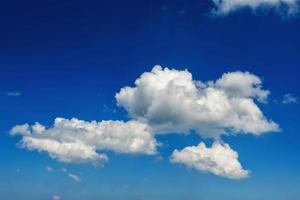 molnlandskap. blå himmel och vitt moln. solig dag. foto