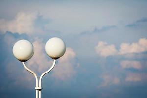 lykta med två runda kupoler på bakgrunden för blå himmel. foto