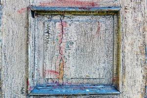 närbild foto. ett fragment av en trädörr med en trasig färg. foto