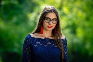 porträtt av ung kvinna i park. grunt skärpedjup - bild foto