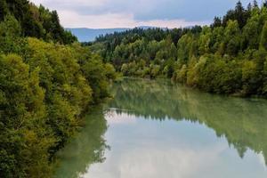 skog och flod på hösten foto