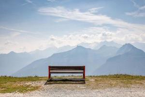 en träbänk på toppen av Alperna foto