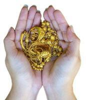 smycken guld i damhand på vit blackground foto