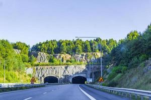 kör genom sverige mot tunneln på sommaren. foto