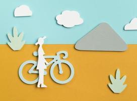 transportkoncept med person och cykel foto