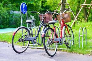 cykelparkering i parken foto