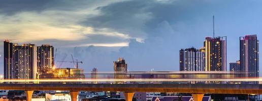 ljus linje av skytrain i stadens centrum med blå himmel och moln i bangkok, thailand foto