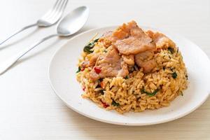 stekt ris med thailändsk basilika och fläsk - thailändsk matstil foto