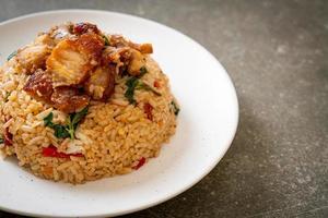 stekt ris med thailändsk basilika och krispigt magfläsk - thailändsk matstil foto