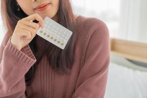 asiatisk kvinna med p-piller foto
