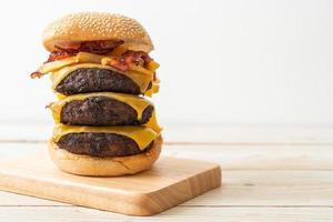 hamburgare eller hamburgare med ost, bacon och pommes frites - ohälsosam matstil foto