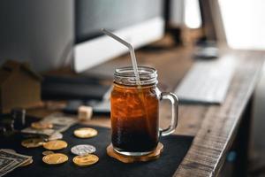 iced americano iced latte på bordet hemma foto