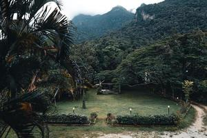 berg och byar under regnperioden foto