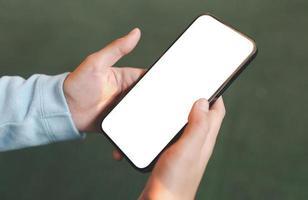 hand som håller smartphone tom skärm mockup foto