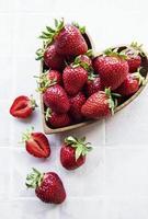 färska mogna läckra jordgubbar foto