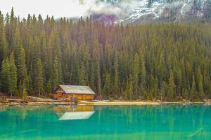 fantastiska gröna vatten i sjön Louise. Banff National Park, Alberta, Kanada foto