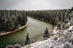 Bow River och tågspår från Bow Valley Parkway, Alberta, Kanada foto