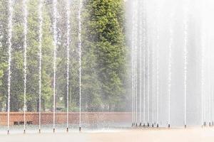 bakgrund av strålarna och stänk av fontänen i parken foto