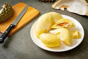 durian mogen och färsk, durian skal på vit platta foto