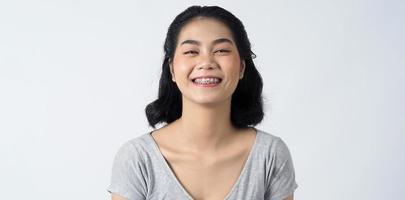 tandställning av tonårig asiatisk kvinna som bär tandställningar och kontaktlinser foto