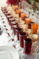 drycker i koppar och glas foto