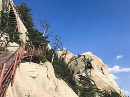 vägen till bergstoppen. Seoraksan nationalpark. Sydkorea foto