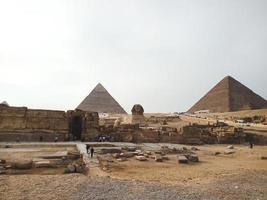 en vy över de stora pyramiderna och sphinksna i Giza, Egypten foto