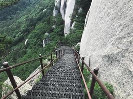 bron med trappsteg som leder ner från bergstoppen. Seoraksan nationalpark. Sydkorea foto