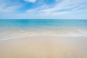 vacker tropisk strand och blå himmel foto