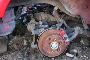 demonterad gammal bil. skrot från bilen. foto