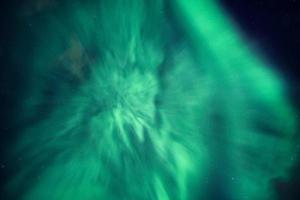 aurora borealis, norrsken täckt av natthimlen på polcirkeln foto
