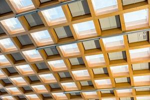 interiör trä taklampa med elektrisk panel foto