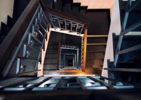 ram kvadrat av vintage spiraltrappa med glänsande ljus foto