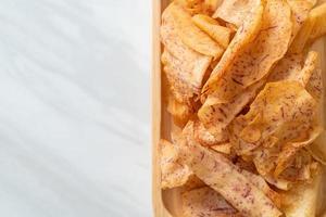 taro chips - stekt eller bakad skivad taro foto