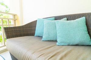 bekväm kuddedekoration på uteplatsstol på balkongen foto