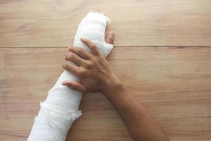 skadad smärtsam hand med bandage foto