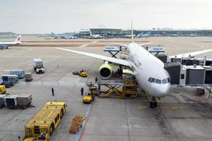 flygplatstjänstemän bär lasten foto