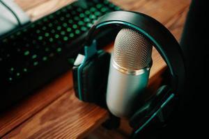podcaststudiemikrofon och hörlurar foto