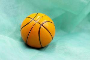 basket är på grön bakgrund foto