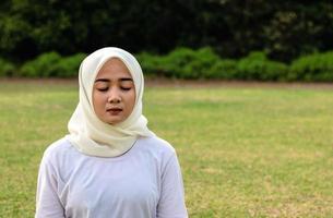 muslimska unga kvinnor gör yoga i parken foto