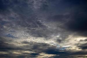 färgstark dramatisk himmel med moln vid solnedgången. himmel med solbakgrund foto