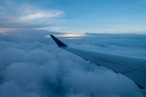 vy från fönstret på ett flygplan foto