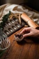 brownies med keramisk tallrik på ett träbord foto