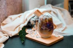 glas kaffe med mjölk på bordet foto